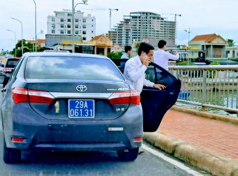 Người dân tố lái xe biển xanh đỗ trên cầu Nhật Lệ 1