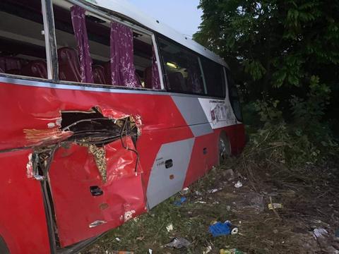Tài xế ôtô chở hơn 40 học sinh cố tình vượt đường ray