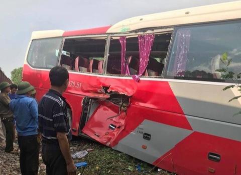 Tàu hỏa va chạm ôtô chở hơn 40 học sinh