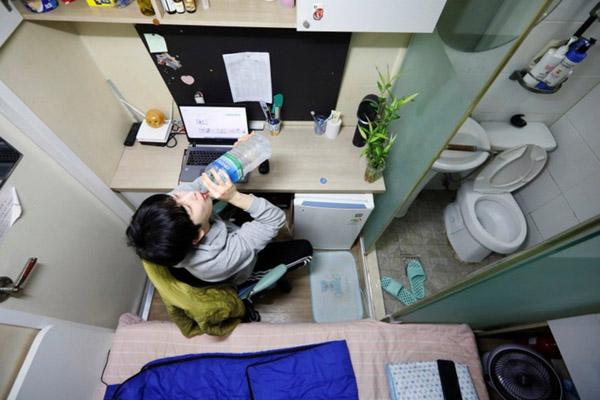 Người trẻ châu Á sống trong nhà trọ siêu nhỏ