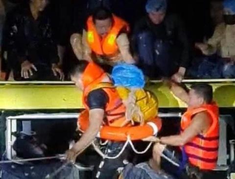 Xe khách bị lũ cuốn, 20 người thoát chết