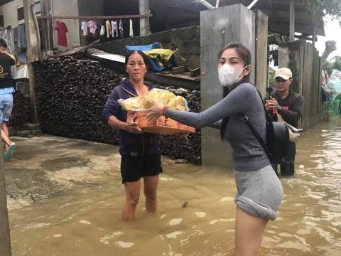 Nghệ sĩ dầm mưa giúp đỡ người dân miền Trung