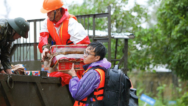 Chàng trai Quảng Nam đi cứu trợ vùng lũ