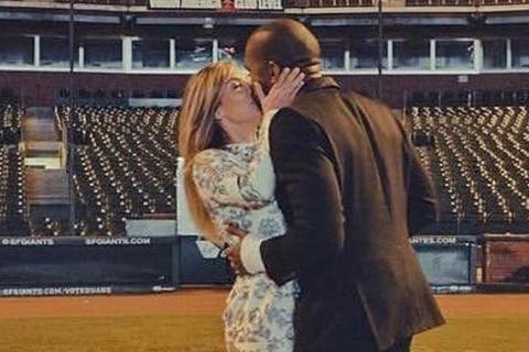 Kanye West đăng ảnh hôn Kim Kardashian giữa tin rạn nứt