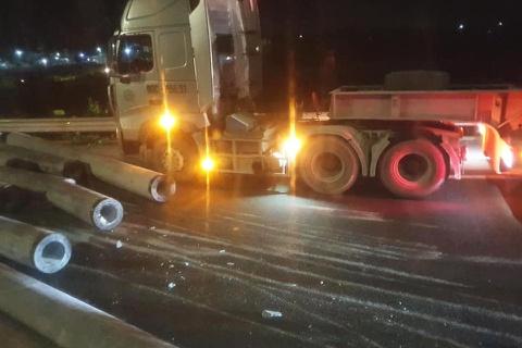 Cột điện văng từ xe container xuống đường cao tốc