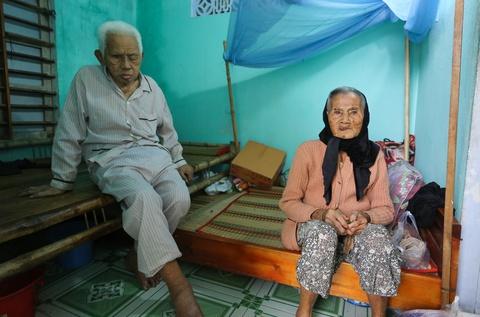Đôi vợ chồng 94 tuổi ở Quảng Nam đi tránh bão