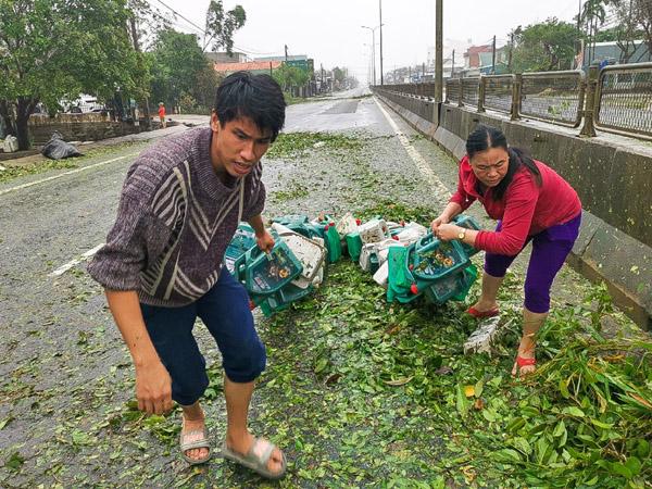 Người dân ra đường nhặt lại đồ dùng sau bão số 9