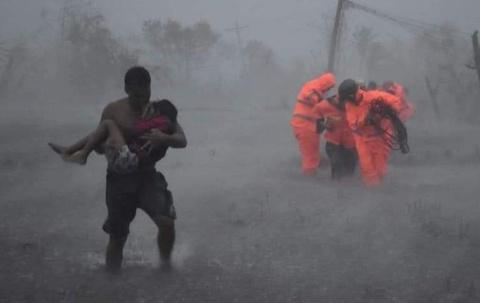 Cảnh tan hoang khi bão Vamco quét qua Philippines