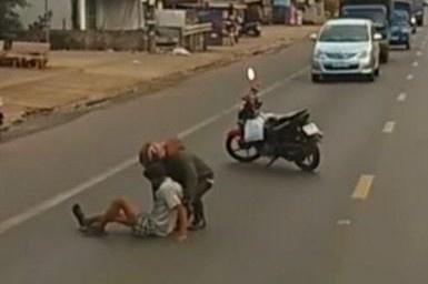 Chàng trai Đồng Nai giúp người khuyết tật qua đường