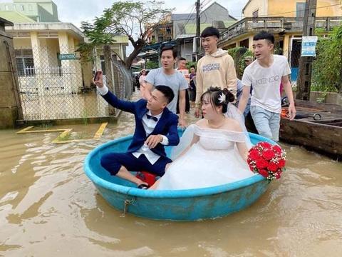 Đám cưới rước dâu bằng thuyền thúng trong ngày lụt ở Quảng Ngãi