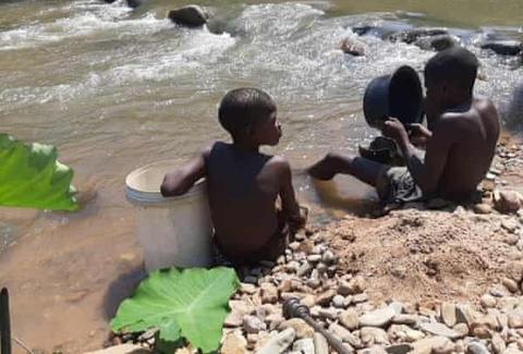 Những đứa trẻ tìm vận may ở mỏ vàng