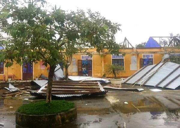 Bệnh viện, trường học tốc mái do bão Vamco