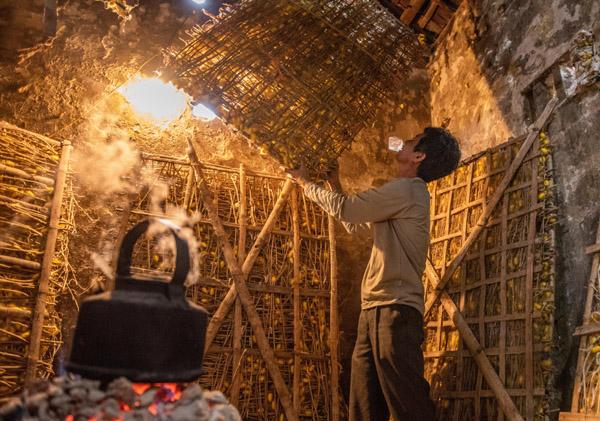 Người gìn giữ nghề ươm tơ truyền thống