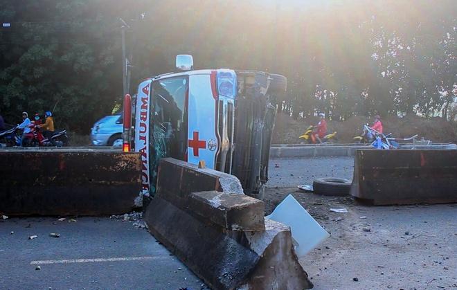 Xe cấp cứu tông dải phân cách, 2 người bị thương