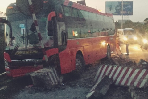 Ôtô khách tông dải phân cách trên quốc lộ 1