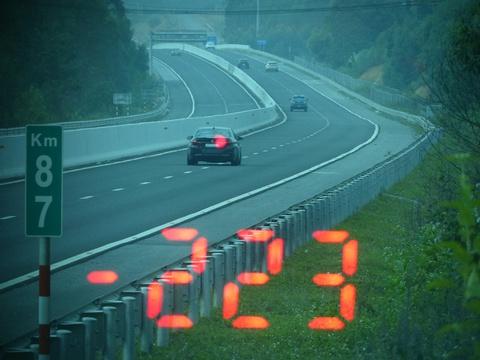 Xe BMW chạy 223 km/h trên cao tốc