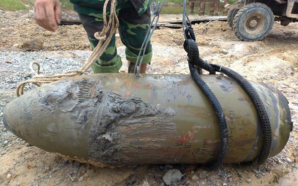 Quả bom dài 1,5 m trong nhà dân