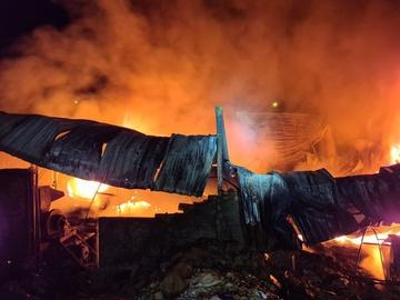4 người phá cửa chạy khỏi căn nhà bốc cháy