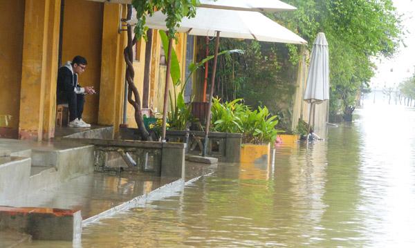 Phố cổ Hội An ngập do mưa lớn