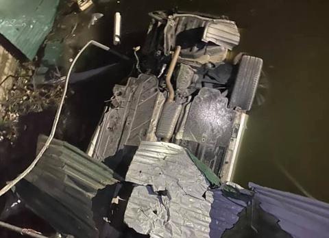 Mercedes lật ngửa dưới kênh, tài xế tử vong