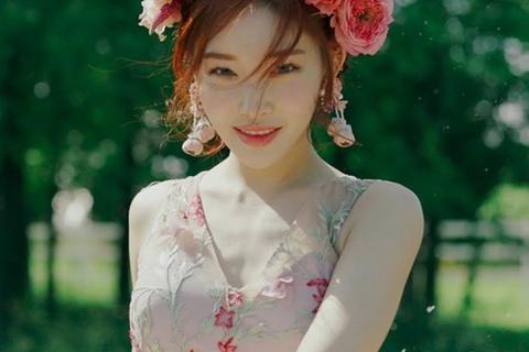 Nữ ca sĩ Chung Ha mắc Covid-19