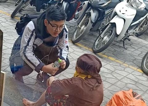 Nam sinh mua nước tặng bà cụ nhặt rác xa lạ