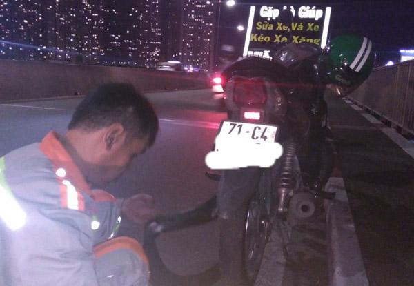 Chàng trai được người lạ sửa xe miễn phí trên cầu Sài Gòn