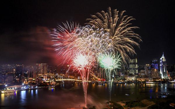 Bầu trời cả nước rực rỡ pháo hoa chào đón 2021
