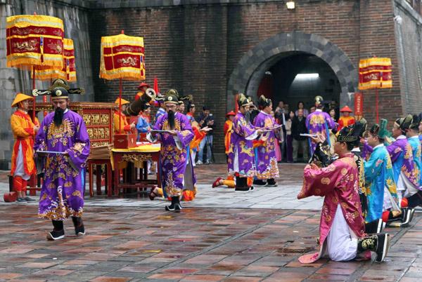 Tái hiện nghi lễ phát lịch ngày đầu năm