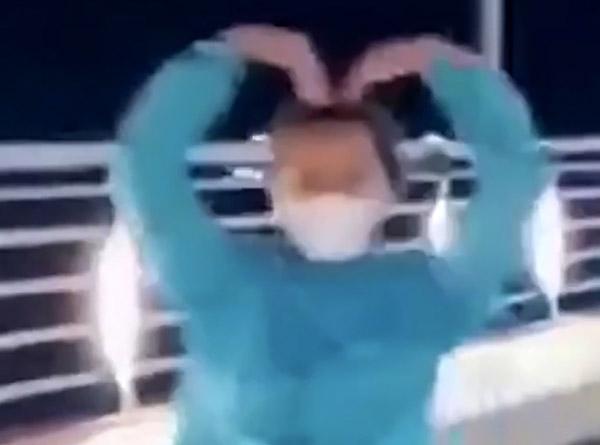 Cô gái thả tay chạy xe máy để múa quạt trên cầu Thạch Bích