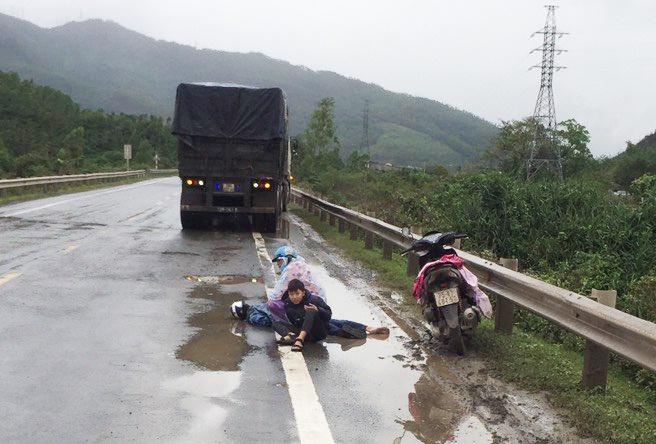 Hai mẹ con gào khóc bên thi thể người đàn ông tử nạn giữa đường