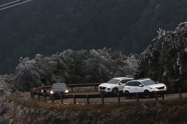 Hàng trăm người lên đỉnh Mẫu Sơn xem băng tuyết, gây ùn tắc giao thông