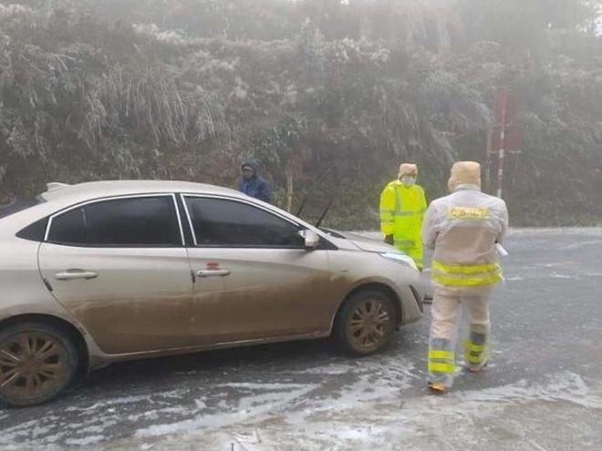 Cấm ôtô chở khách lên đèo Ô Quy Hồ ngắm tuyết
