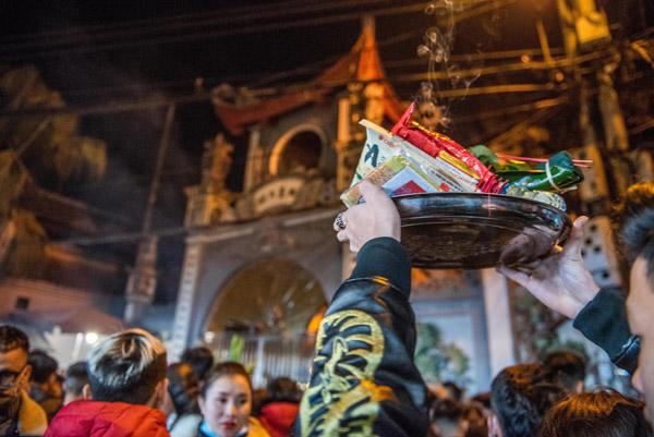 Phủ Tây Hồ chật kín người đi lễ trong đêm giá rét