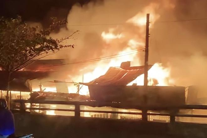 Xưởng gỗ ở TP.HCM bốc cháy ngùn ngụt