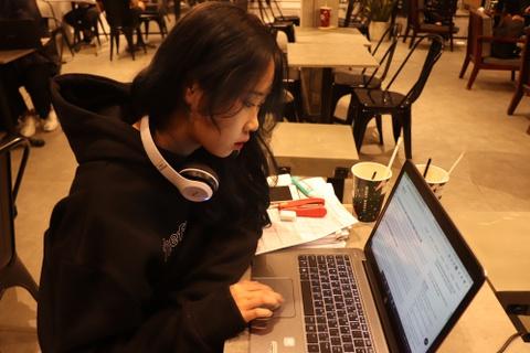 Nhiều người trẻ TP.HCM ngủ ngày cày đêm ở cà phê mở 24/24