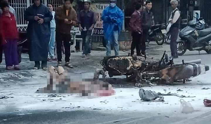 Hai xe máy bốc cháy sau tai nạn, một người bị bỏng