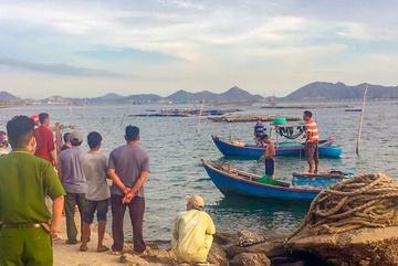 Chìm ghe trên vịnh Cam Ranh, 2 ngư dân bị nạn