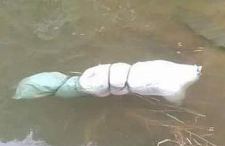 Thi thể phụ nữ trong bao tải, nổi trên mặt hồ