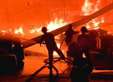 Công ty gỗ cháy ngùn ngụt lúc rạng sáng