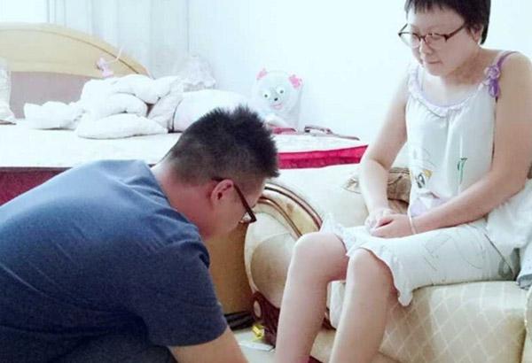 Người đàn ông Trung Quốc 500 ngày chăm sóc bạn gái hôn mê