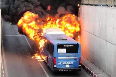 Xe buýt cháy rụi trong hầm chui An Sương