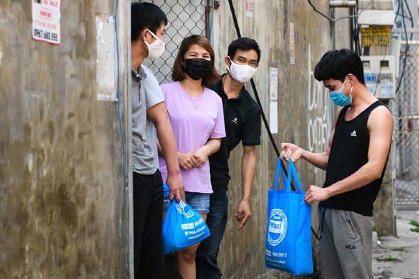 Công nhân kẹt lại ở Hải Dương nhận gạo cứu trợ