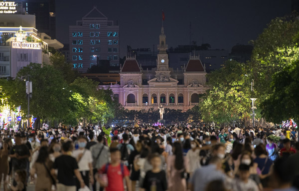 Phố đi bộ Nguyễn Huệ đông nghịt người ngày cuối tuần