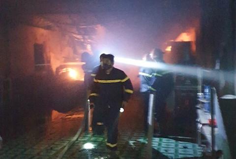 Cứu 4 người kẹt trong đám cháy ở TP.HCM