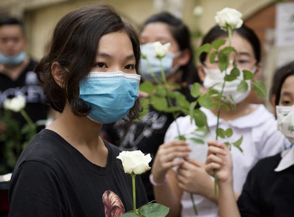 Nhiều học sinh tiễn bạn qua đời trong vụ cháy bằng hồng trắng