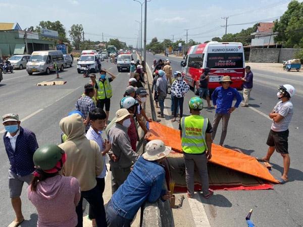 Xe máy đối đầu ôtô trên quốc lộ 51, 2 người chết