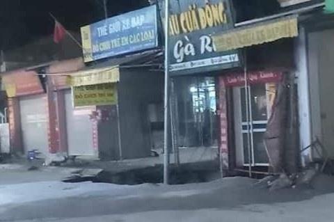 Xuất hiện 'hố tử thần' sâu 5 m ở Hà Nội