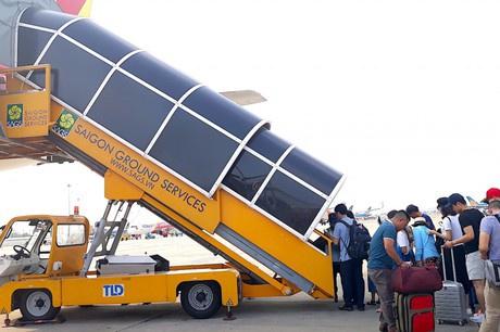 Xe thang đâm trúng ôtô chở tiếp viên tại sân bay Tân Sơn Nhất