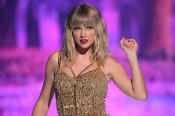Taylor Swift phá kỷ lục của The Beatles